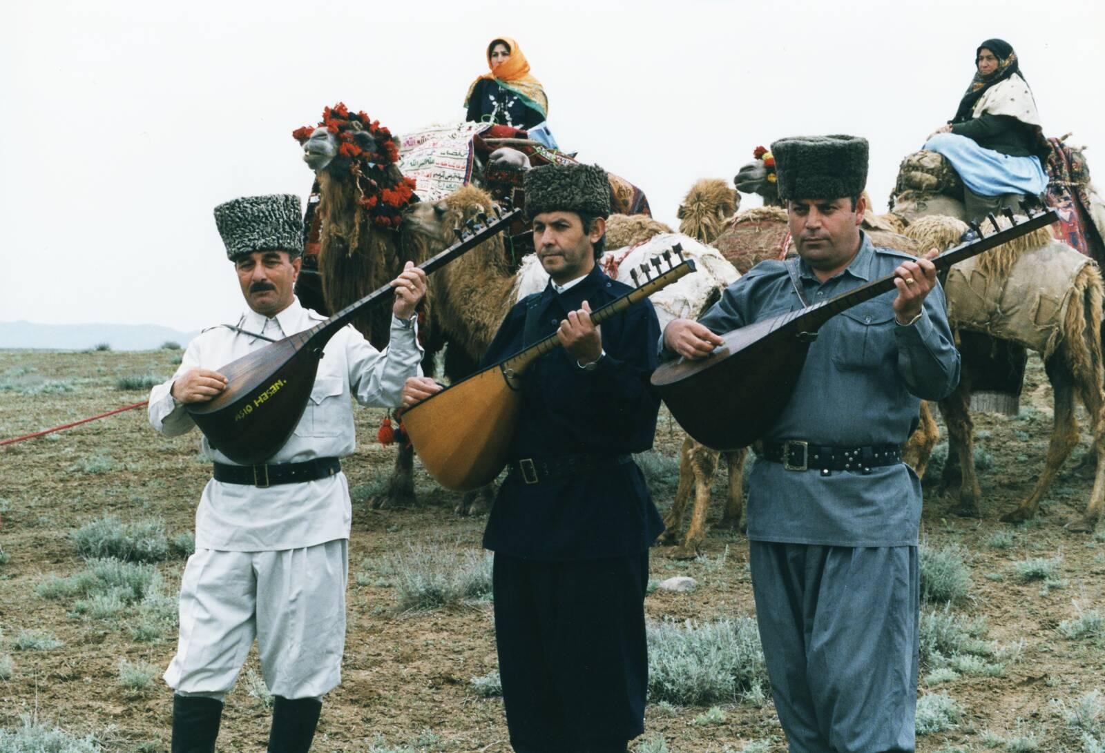 مردان و زنان آذری با لباس های محلی منحصر به فرد